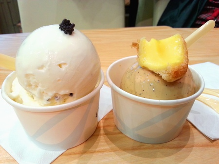 egg tart: Caviar Champagne and Milk Tea Egg Tart Liquid Nitrogen Ice Cream Stock Photo