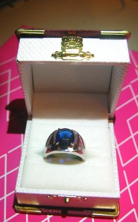 zafiro: Un anillo de zafiro grande