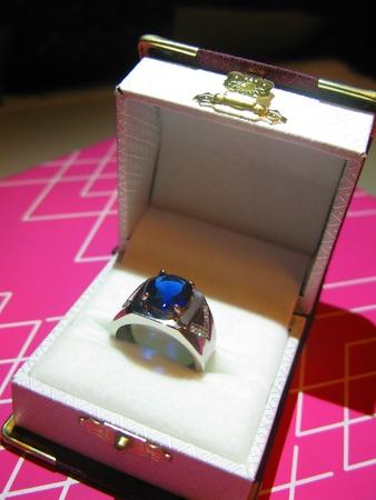 zafiro: Enorme Zafiro y anillo de diamante
