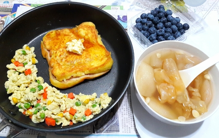 Fish Maw and Pear Sweet Soup Served with Maple Syrup Butter French Toast and Fried Egg 版權商用圖片