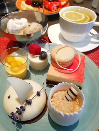 Various Desserts Served with Hot Lemon Water 版權商用圖片