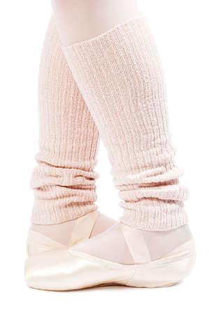 particolare: gambe in ballerine su sfondo bianco