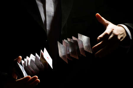 truc: Een man met een playing-card trick Stockfoto