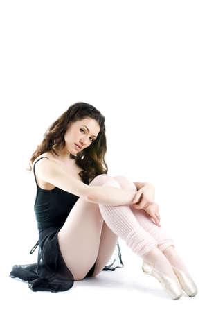 turnanzug: eine h�bsche Ballerina, die auf dem Fu�boden sitzt