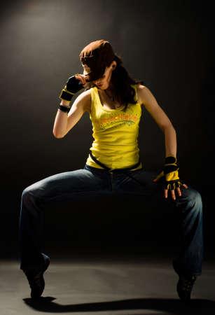 stunts: una giovane ragazza bella ballo moderno danze