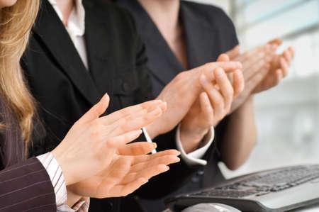 manos aplaudiendo: equipo de �xito sonriendo j�venes empresarios