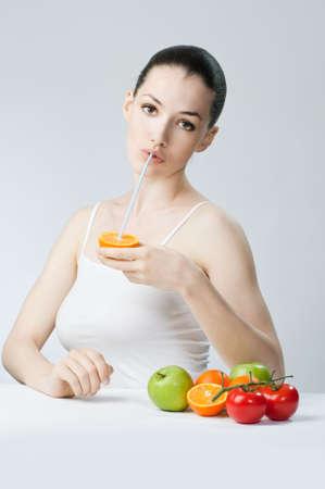 meisje eten: Een mooie slanke meid eet gezond voedsel