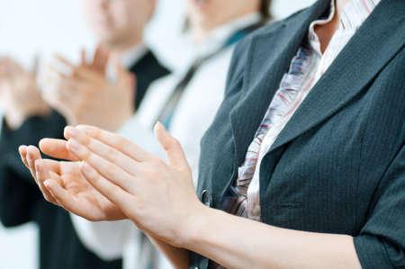manos aplaudiendo: equipo de �xito sonrientes j�venes empresarios Foto de archivo