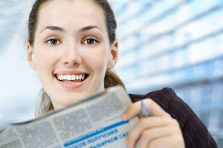 newspapers: een mooie vrouw die geniet van haar zakelijke succes Stockfoto