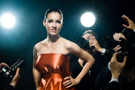bewonderen: Fotografen nemen een foto van een filmster