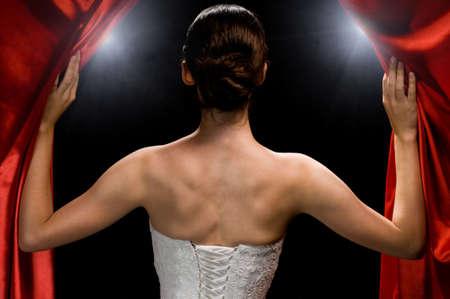 apertura: una chica muy hermosa detr�s de los bastidores