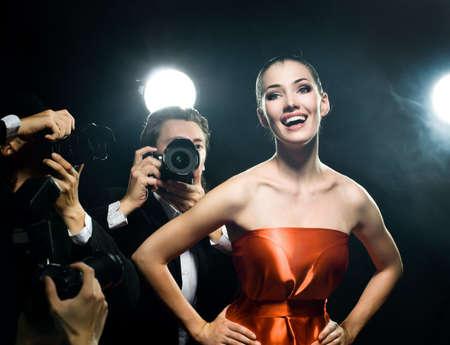 Les photographes prennent une photo d'une star de cinéma