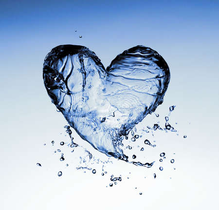 corazones azules: s�mbolo de agua transparente sobre el fondo azul