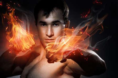 hombre fuerte: Un hombre fuerte que va para el boxeo  Foto de archivo