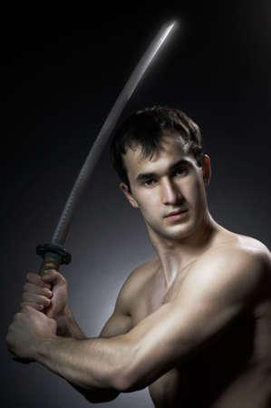 katana: man met het mes op zwarte achtergrond