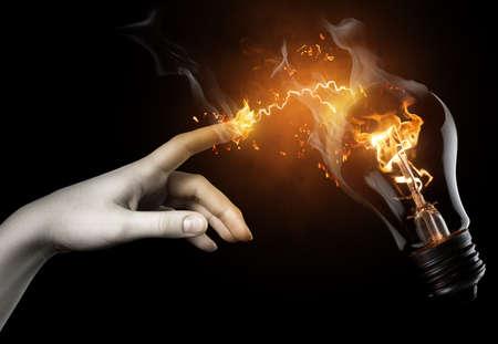 bombilla: una mujer que apunta a la l�mpara iluminada