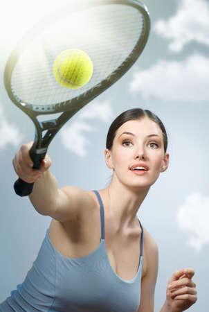 jugando tenis: Hermosa ni�a deportiva jugando tenis muy apasionadamente