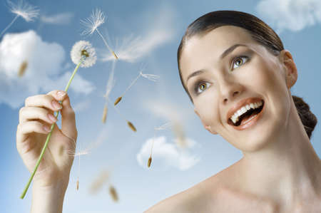 mosolyogva: beautiful smiling girl with dandelion in hand