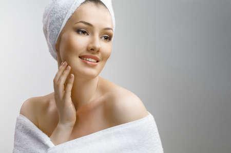 piel humana: una bella joven envuelta en la toalla  Foto de archivo