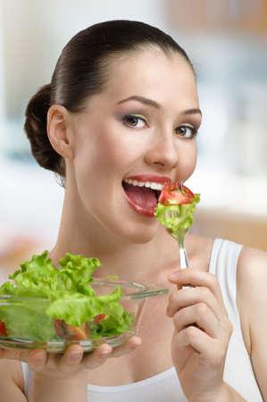 boca sana: Una bella joven esbelta comer alimentos saludables