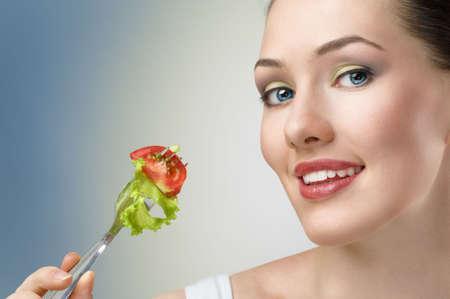 meisje eten: Een mooi slank meisje gezond eten  Stockfoto