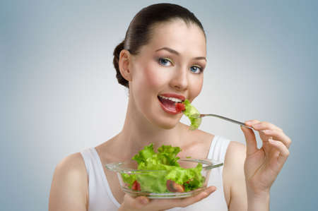 ni�a comiendo: Una bella joven esbelta comer alimentos saludables