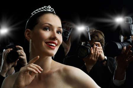 Fotógrafos están tomando una foto de una estrella de cine  Foto de archivo
