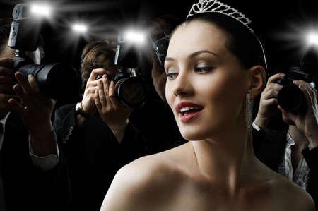 vedette de cin�ma: Les photographes sont de prendre une photo d'une star de cin?ma Banque d'images