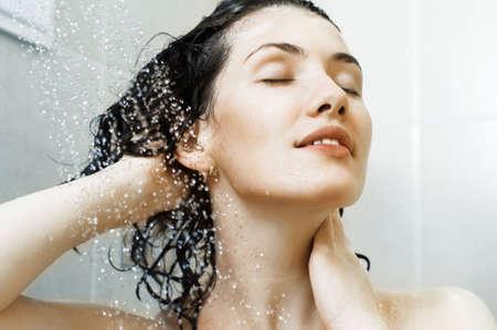 샴푸: 샤워에 서있는 아름 다운 여자 스톡 사진