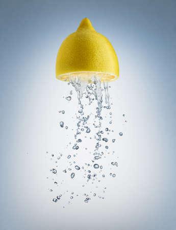 fr�chte in wasser: eine saftige Frucht auf blauem Hintergrund Lizenzfreie Bilder