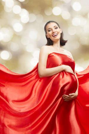 milagro: joven y bella mujer en vestido largo rojo
