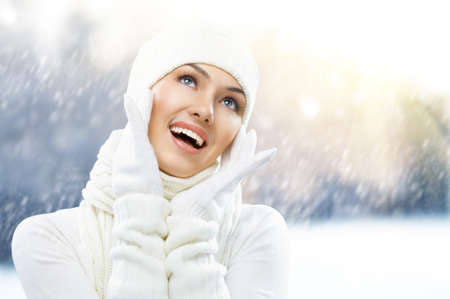 ropa de invierno: una chica de belleza en el fondo de invierno