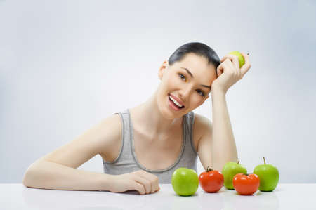 ni�a comiendo: Una bella joven esbelta comer alimentos saludables Foto de archivo