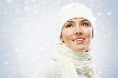 ropa invierno: una chica de belleza en el fondo de invierno