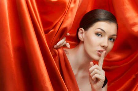 cortinas rojas: una chica muy hermosa detr�s de las coulisses