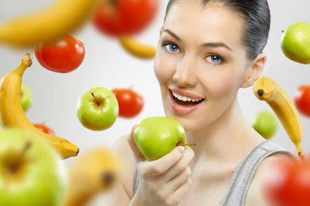 saludable: Una hermosa ni�a esbelta comer fruta saludable Foto de archivo