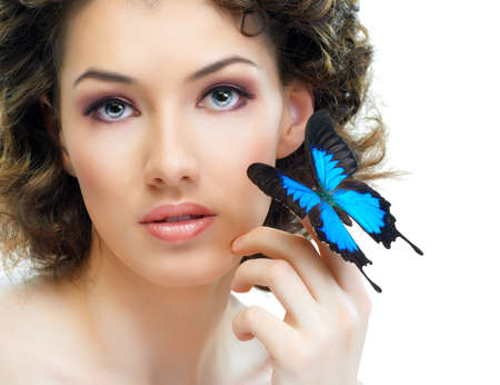 femme papillon: jeune fille et un beau papillon