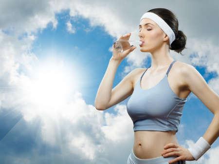 vaso de agua: chica en el deporte en la naturaleza