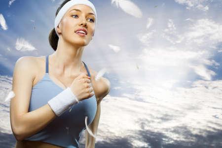 mujeres corriendo: chica en el deporte en la naturaleza