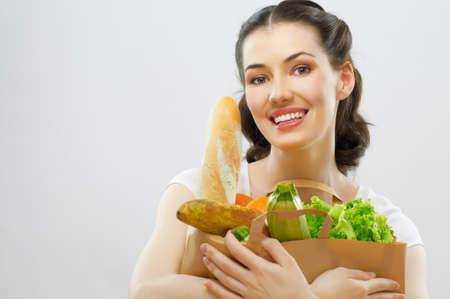 tiendas de comida: chica con una bolsa de alimentos