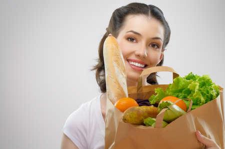 groceries: chica con una bolsa de alimentos