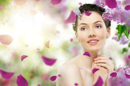 piel: hermosa chica con un Lila flores