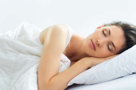 durmiendo: hermosa chica duerme en el dormitorio Foto de archivo