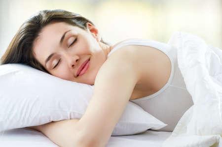 coussins: belle fille dort dans la chambre � coucher