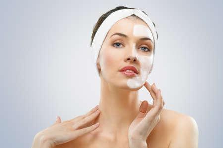 femme masqu�e: femmes de beaut� se masque facial Banque d'images