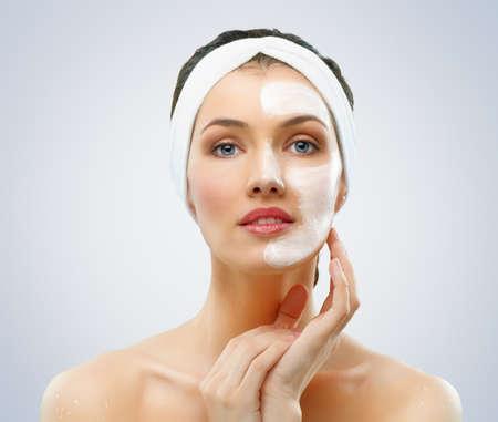 mooie vrouwen: schoonheid vrouwen het krijgen van gezichtsmasker Stockfoto