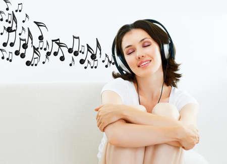audifonos: chica con auriculares en sala Foto de archivo