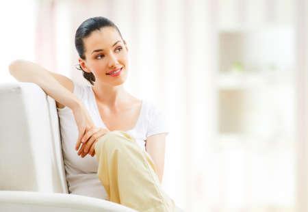 mujer sentada: hermosa niña sentada en una silla