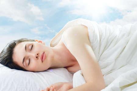 mujer en la cama: hermosa chica duerme en el dormitorio Foto de archivo
