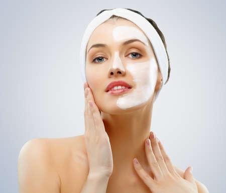 cremas faciales: mujeres de belleza obteniendo máscara facial